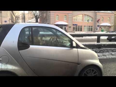 необычное - Видео: девушка вяжет за рулем прямо на ходу