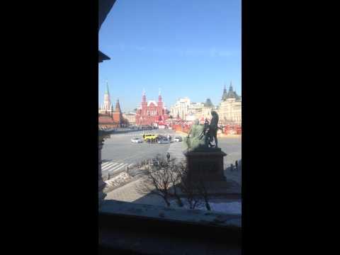 украина, россия, необычное - Синий эвакуатор с желтой машиной разъезжал по Красной площади. Совпадение? Не думаю