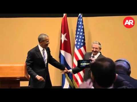 Extraño saludo entre Obama y Raúl Castro