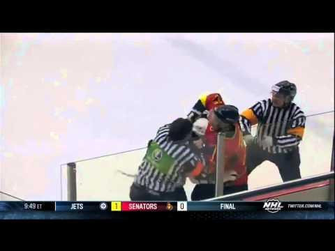 Видео: хоккеист подрался с арбитром - спорт