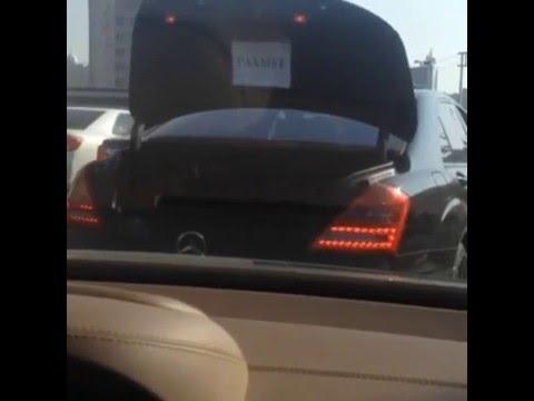 Водитель из Шымкента придумал оригинальный способ благодарности за место на дороге