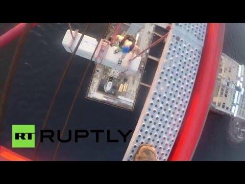 Прыжок бейсджамперов с самого высокого крана в Петербурге