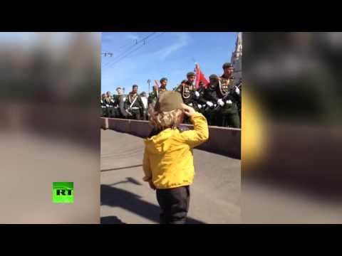 Трогательный момент: Военные отдают честь маленькому мальчику в ответ на его приветствие - россия, необычное, дети