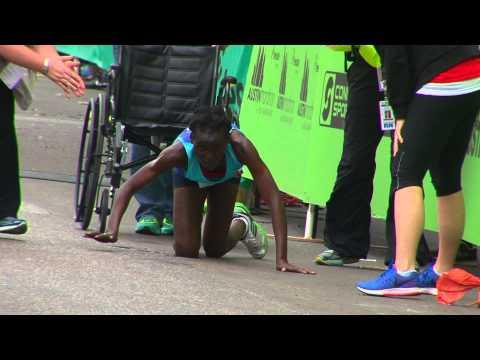 спорт, душевное - Воля к победе: Бегунья на четвереньках доползла к финишу в марафоне