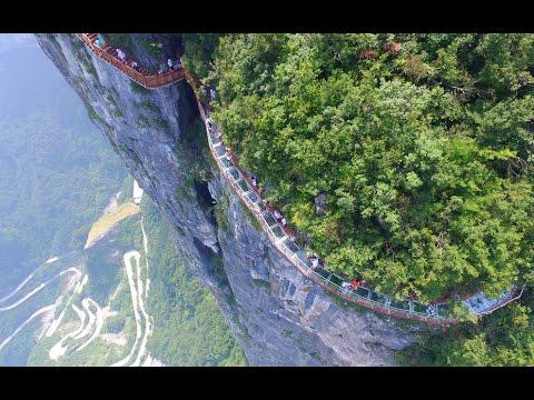 - Даже от фото этого стеклянного моста, висящего на высоте 1,5 км, захватывает дух