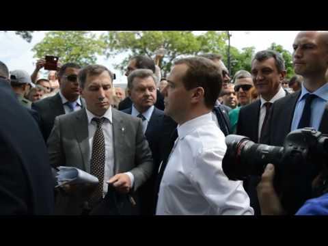 """соцсети, россия, народ, кризис, картинки, душевное - """"Денег нет, но вы держитесь"""": как фраза Медведева стала мемом"""