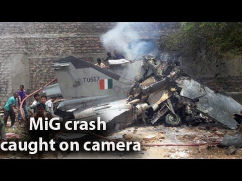 ЧП, авто - В Индии МиГ-27 протаранил автомобиль и врезался в дом