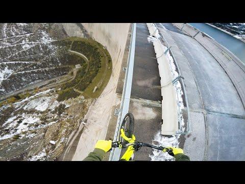 Как выглядит спуск по краю дамбы на высоте 200 м глазами велосипедиста - спорт