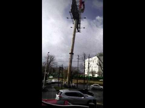 Видео: в Мексике рекламный щит упал на ехавшие мимо автомобили - авто