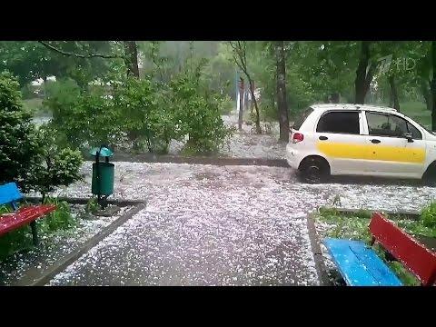 Ураган на Ставрополье изуродовал машины и повредил крыши домов.