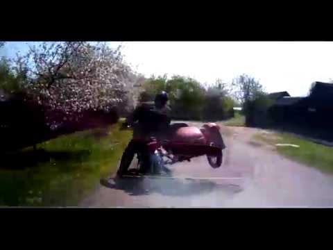 Видео: Погоня по сельской местности на мотоцикле с коляской. Голливуд курит! - ЧП, авто