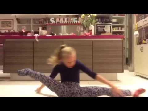- Девочка без ноги танцует в поддержку паралимпийца