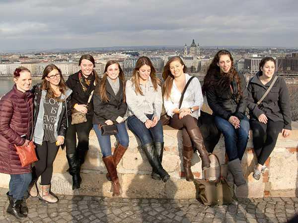 Среди населения столицы Венгрии — 53 процента женщин.