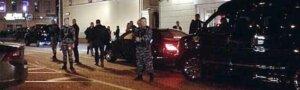 Фото дня: Алина Кабаева приехала попить кофе под охраной десятка автоматчиков