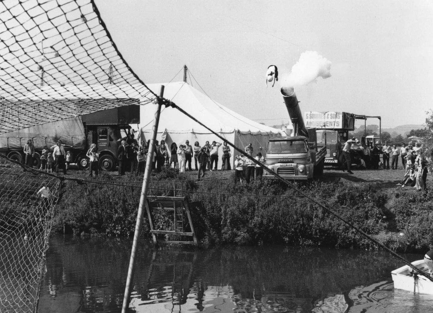 Человек-ядро Мэри Коннорс перелетает через реку Эйвон в Бристоле