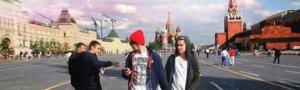 Эти двое решили изобразить пару геев в Москве. Смотри, что из этого вышло…