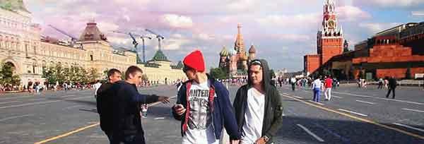 россия - Эти двое решили изобразить пару геев в Москве. Смотри, что из этого вышло...