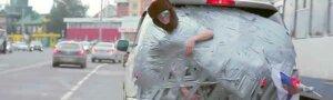 Это Россия, детка: Сибиряка приклеили скотчем к машине и покатали по городу