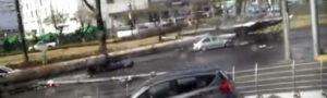 Видео: в Мексике рекламный щит упал на ехавшие мимо автомобили
